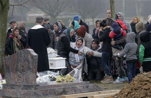 Γαλλία: Κηδεύτηκε το βρέφος Ρομά-σύμβολο των κοινωνικών διακρίσεων