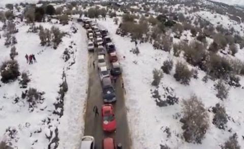 Εντυπωσιακό βίντεο με μποτιλιάρισμα στον χιονισμένο Ψηλορείτη