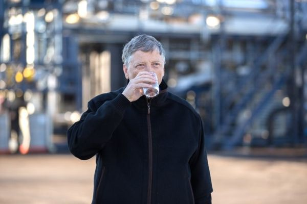 Ο Μπιλ Γκέιτς πίνει νερό από ανθρώπινα περιττώματα