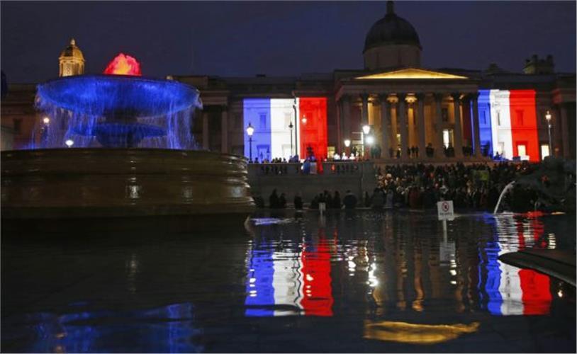 H σημαία της Γαλλίας στην πλατεία Τραφάλγκαρ: Ολος ο πλανήτης φώναξε «Je Suis Charlie»