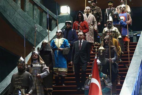 Σαν στρατιωτάκια Playmobil η νέα «αυτοκρατορική» φρουρά του Ερντογάν