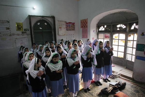Επιστροφή στα θρανία για τους μαθητές της Πεσαβάρ ένα μήνα μετά τη σφαγή