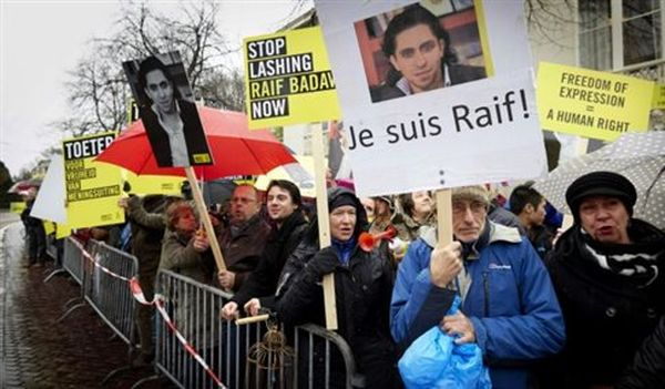Σαουδική Αραβία: Αναβλήθηκε το δημόσιο μαστίγωμα του μπλόγκερ Μπαντάουι