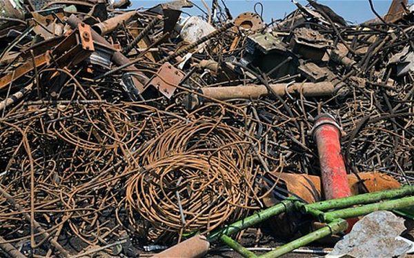 Απομακρύνονται 125 τόνοι παλιοσίδερα από τις προβλήτες του Ο.Λ.Β.
