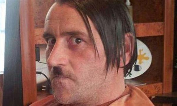 Παραιτήθηκε ο ηγέτης του Pegida μετά τη φωτογράφιση σαν Χίτλερ