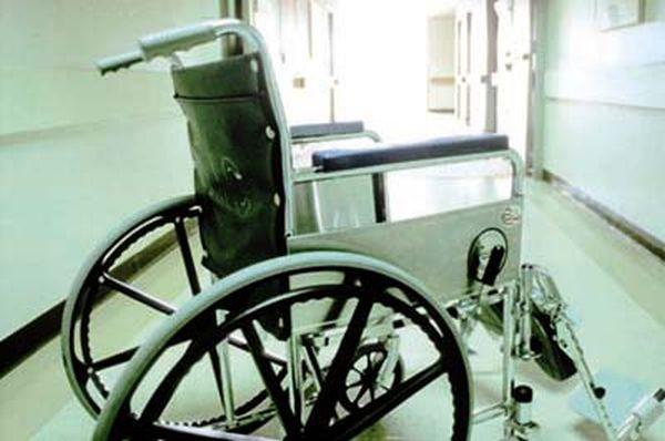 Πήγε την νεκρή μητέρα του στην τράπεζα σε αναπηρικό καροτσάκι