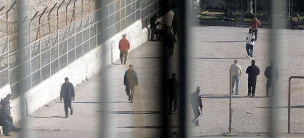 Πέταξαν κινητά από το σχολείο στις ...φυλακές