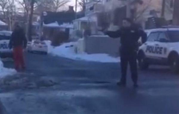 Αστυνομικός σημάδεψε εφήβους επειδή έπαιζαν χιονοπόλεμο