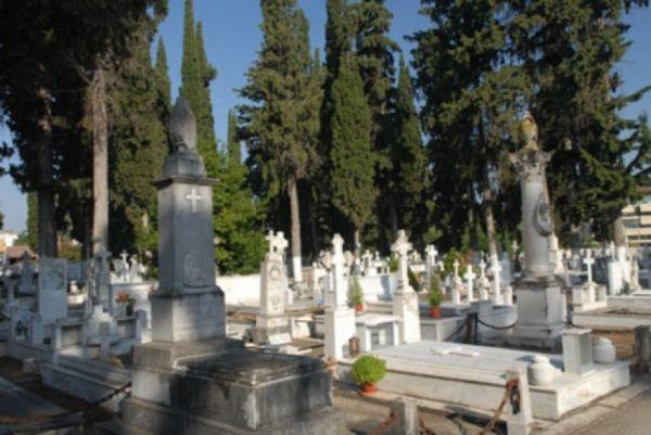 Δέντρο κατέστρεψε τάφους στη Λάρισα ακολουθώντας σειρά προβλημάτων