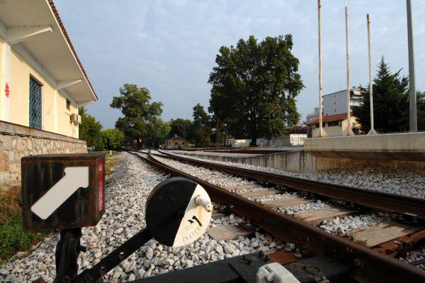 «Πάρκαρε» το αμάξι του στις ράγες εμποδίζοντας τα τρένα