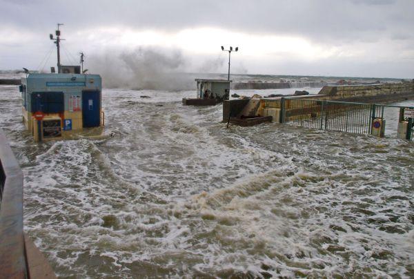 Εικόνες... «τσουνάμι» στο λιμάνι του Ρεθύμνου