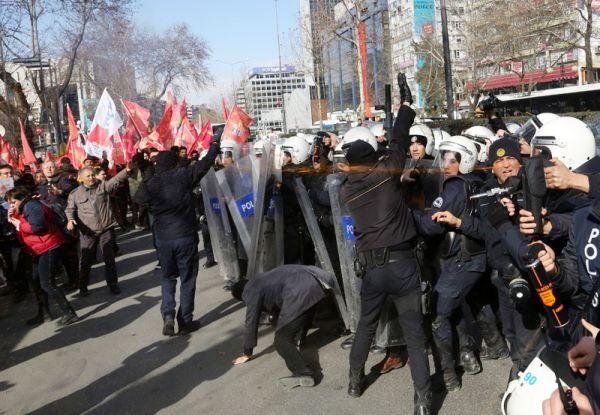 Τουρκία: Αστυνομικός χτυπούσε αστυνομικό για να πετάξει δακρυγόνα σε διαδηλωτές