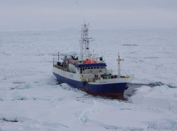 Επιχείρηση απεγκλωβισμού αλιευτικού σκάφους από τους πάγους στην Ανταρκτική