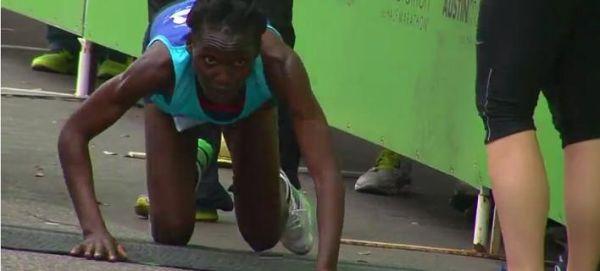 Ο συγκλονιστικός τερματισμός αθλήτριας σε μαραθώνιο (βίντεο)