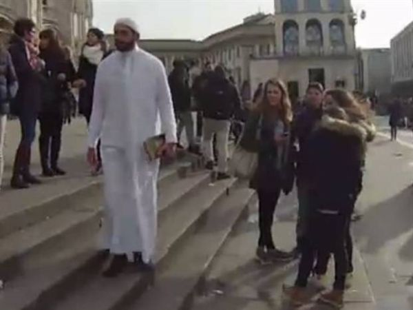 Βρισιές και γέλια για τον ψευδο-ιμάμη στους δρόμους του Μιλάνου
