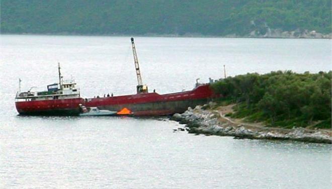 Πάτμος: Βυθίστηκε το φορτηγό που είχε προσαράξει στα Λέβιθα