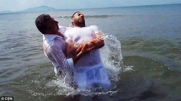 Ο άτυχος μαφιόζος που πήγε να βαπτιστεί και συνελήφθη [εικόνες & βίντεο]
