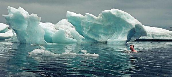 Η ιστορία του άνδρα που μένει έως και δύο ώρες στο παγωμένο νερό [εικόνες]