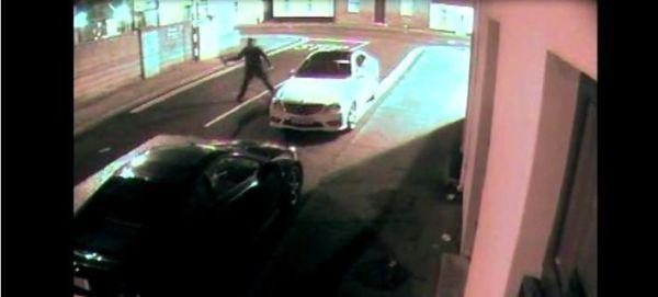 Ληστής πετάει τούβλο σε αμάξι, του έρχεται στο κεφάλι, λιποθυμά και συλλαμβάνεται [βίντεο]