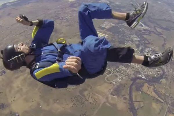 Ερασιτέχνης αλεξιπτωτιστής έπαθε κρίση επιληψίας και λιποθύμησε στα 9.000 πόδια