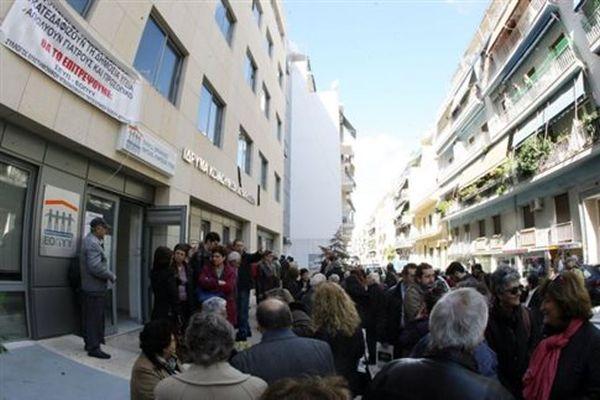 Μεγάλες ουρές στα υποκαταστήματα του ΙΚΑ για θεώρηση βιβλιαρίων