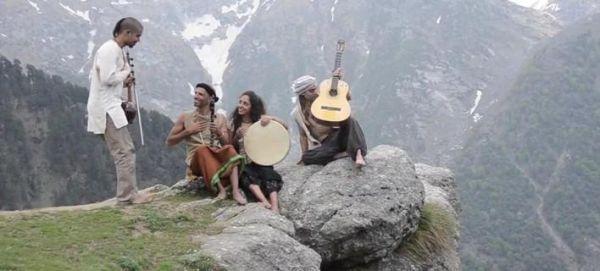Στα Ιμαλάια ερμηνεύουν τραγούδι του Μίκη Θεοδωράκη