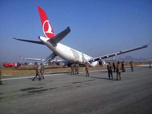Αεροπλάνο προσγειώθηκε με τη... μούρη, έτρεχαν να σωθούν οι επιβάτες [εικόνες & βίντεο]