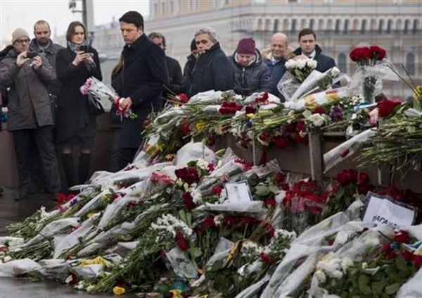 Λουλούδια στο σημείο της δολοφονίας του Νεμτσόφ άφησε ο Ρέντσι