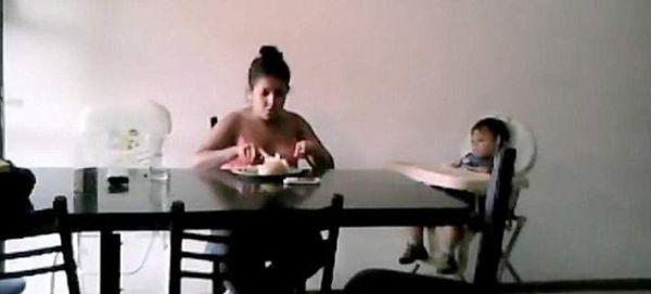 Νταντά σαπίζει στο ξύλο το παιδί που προσέχει και του κλέβει το φαγητό [βίντεο]