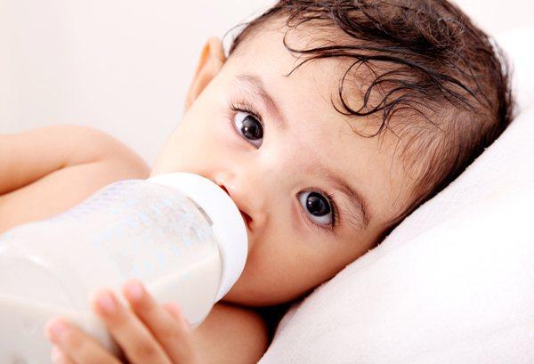 Ακτιβιστές απειλούν να μολύνουν το βρεφικό γάλα!
