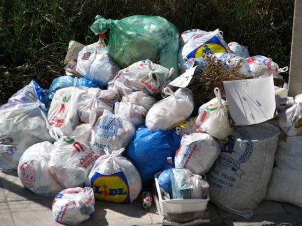 Σκουπίδια μπροστά στις βιτρίνες