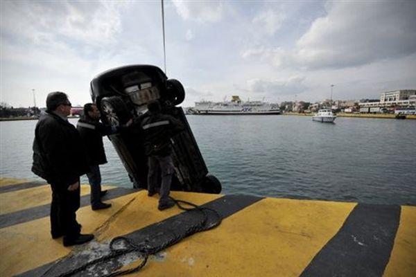 Ταξί έπεσε στο λιμάνι του Ηρακλείου