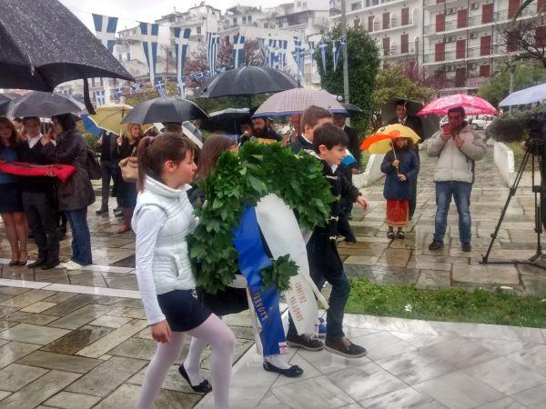 Εορταστικές εκδηλώσεις υπό βροχή στη Σκιάθο