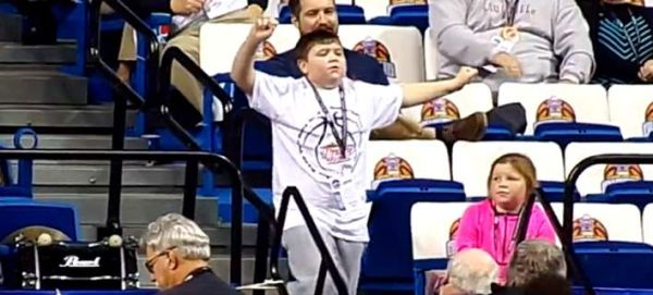 Νεαρός χορευτής «κλέβει» την παράσταση σε μπασκετικό αγώνα [βίντεο]