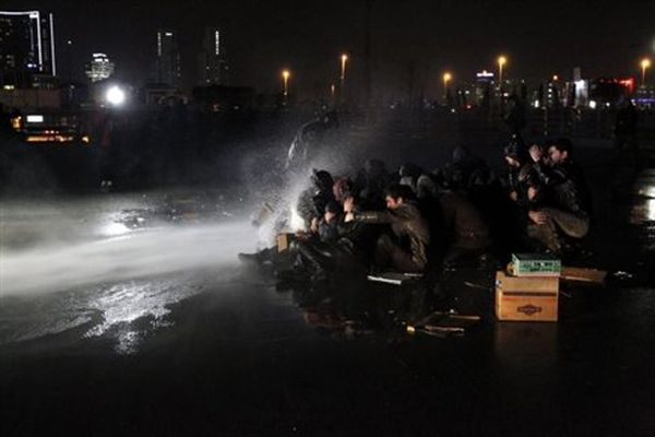 Συγκρούσεις αστυνομίας και διαδηλωτών μετά το θρίλερ στην Κωνσταντινούπολη