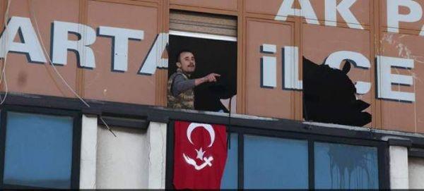Τουρκία: Ενοπλοι εισέβαλαν στα γραφεία του κυβερνώντος κόμματος [βίντεο]