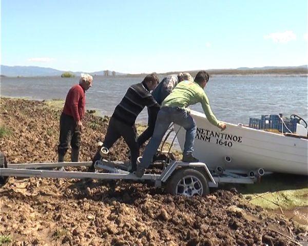 Βγήκαν για... ψάρεμα στα πλημμυρισμένα χωράφια οι αγρότες των Σερρών [εικόνες]