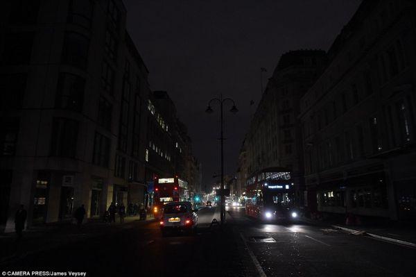 Το Λονδίνο στο σκοτάδι: Υπόγεια πυρκαγιά προκάλεσε μπλακ άουτ