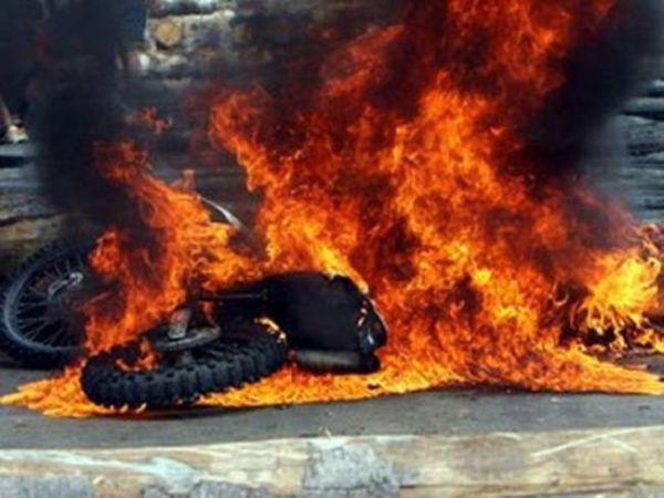 Μηχανάκι κάηκε ολοσχερώς στο κέντρο του Βόλου