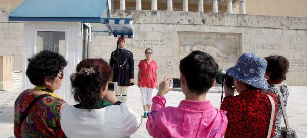 Οι τουρίστες που βάζουν βαθιά το χέρι στην τσέπη