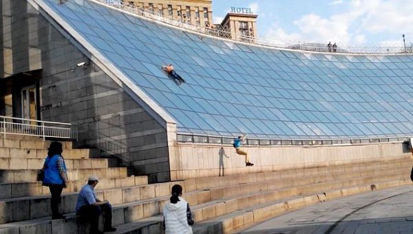 Μεθυσμένος έφηβος κάνει τσουλήθρα σε γυάλινη οροφή και σπάει το κεφάλι του [εικόνες]