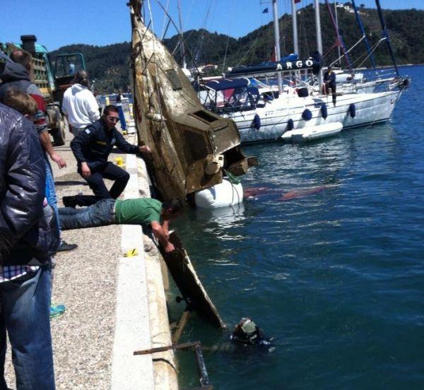 Ανέλκυση βυθισμένου σκάφους στο λιμάνι της Σκιάθου