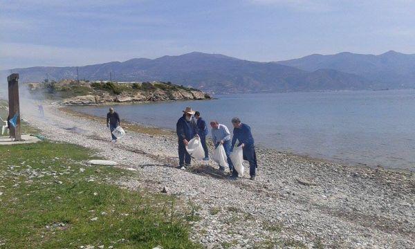 Συνεχίζεται ο καθαρισμός των ακτών από συνεργεία του Δήμου Βόλου