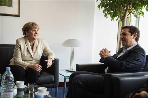 Ο Τσίπρας ζήτησε από τη Μέρκελ την επιτάχυνση των διαδικασιών για πρώτη ενδιάμεση συμφωνία