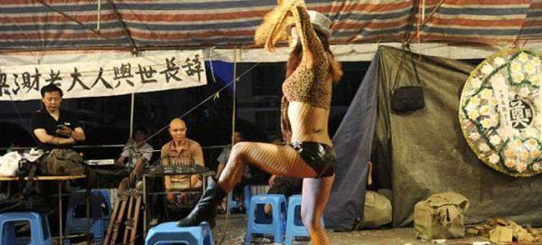 Η Κίνα απαγόρευσε το στριπτίζ στις... κηδείες