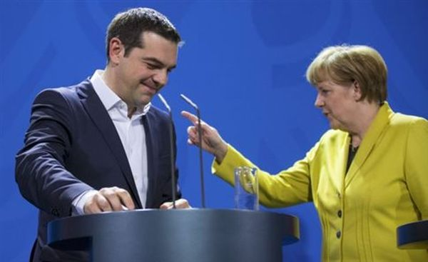 FAZ: Ο Τσίπρας παρακαλεί τη Μέρκελ για χρήματα από το τηλέφωνο