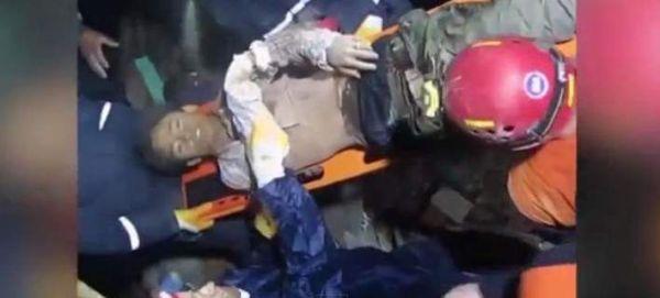 Επέζησε δύο μέρες κάτω από μπάζα και ερείπια στο Νεπάλ [βίντεο]