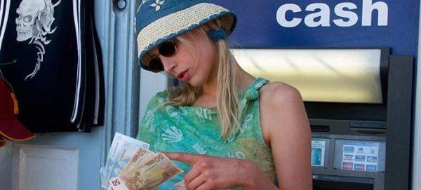 ΥΠΕΞ Αγγλίας προς τουρίστες: Οσοι πάνε Ελλάδα να έχουν μαζί τους μετρητά