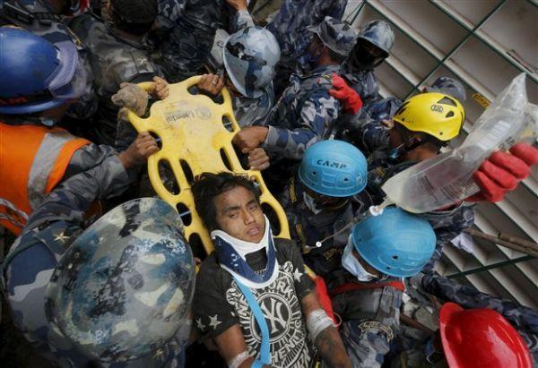 Νεπάλ: Εφηβος ανασύρθηκε ζωντανός από τα ερείπια πέντε ημέρες μετά