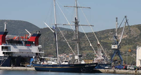 Εντυπωσιακή άφιξη του Young Endeavor στο λιμάνι του Βόλου